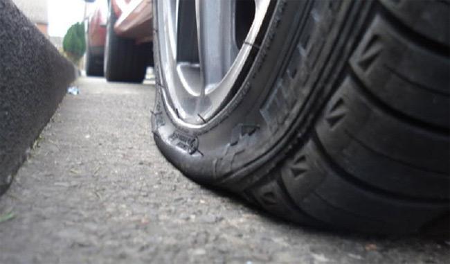 Αναστάτωση στον Βόλο: Έσκισε με μανία τα λάστιχα σε 36 αυτοκίνητα