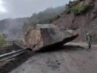 Ευρυτανία: Τεράστιος βράχος έπεσε κοντά σε σπίτι και έκοψε τον δρόμο στα δύο